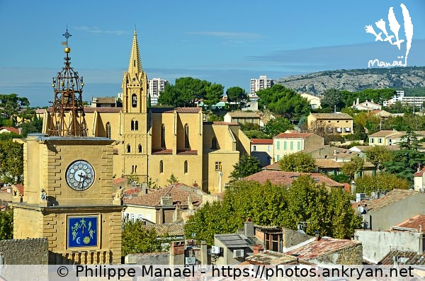 Panorama : tour de l'Horloge et église St-Laurent / Salon-de-Provence / Ville / France